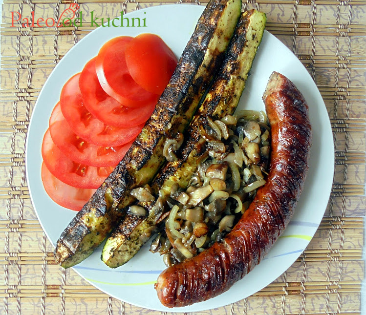 Grillowana kiełbasa z cukinią, pieczarkami i pomidorami